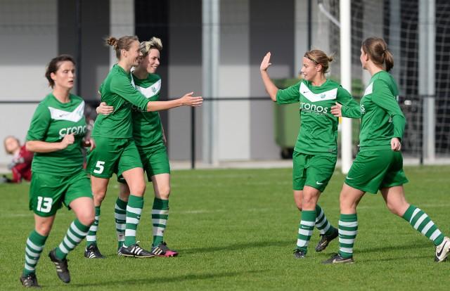 Stephanie Ehlen (rechts) komt Mariska Hufkens (5) feliciteren voor het eerste doelpunt van Maria-ter-Heide! Foto - David Catry