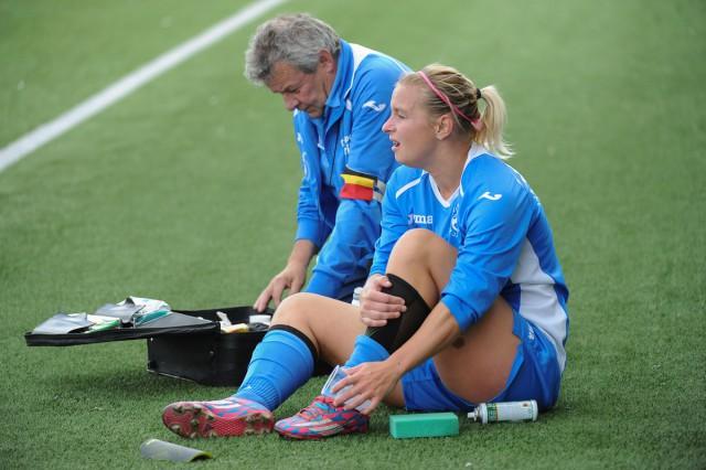 Jacqueline Van Velthoven, die hier nog even verzorgd wordt, lukte het winnende doelpunt voor Moldavo op Standard B. Foto - Dirk Vuylsteke