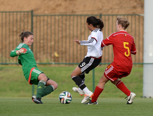 De Belgische doelvrouw Kenza Vrithof redt met de voet voor Gia Corley (Duitsland) gevaarlijk kan worden. Foto - Dirk Vuylsteke
