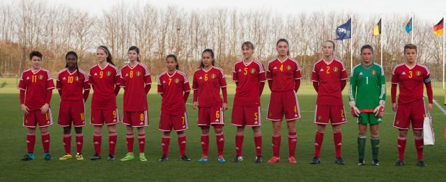 De Belgian Red Flames U16 tijdens het Belgische volkslied voor het oefenduel tegen Duitsland U15! Foto - Dirk Vuylsteke