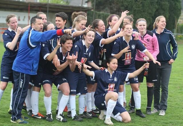 Jasna Djordjevic (centraal vooraan) begin mei 2015 na het veroveren van haar tweede titel in eerste klasse met DVC Eva's Tienen. Foto - Paul Dijkmans