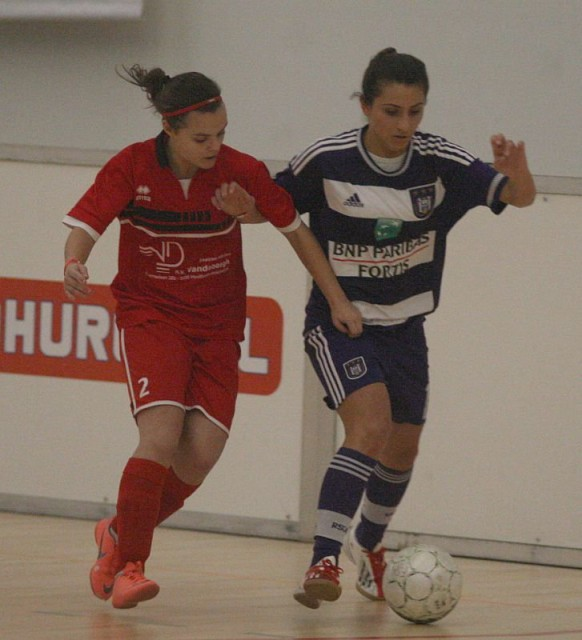 Technisch vaardige speelsters zoals Camille Hermans (Halveweg Zonhoven) en Pure Eke (RSC Anderlecht) in actie tijdens een van de kruisfinales. Foto - Paul Dijkmans