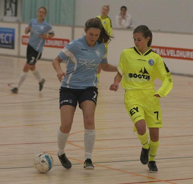 Chiara Wielockx (DVC Eva's Tienen) schermt in de laatste wedstrijd van de kruisfinales de bal af tegenover Shari Van Belle (KAA Gent Ladies). Foto - Paul Dijkmans