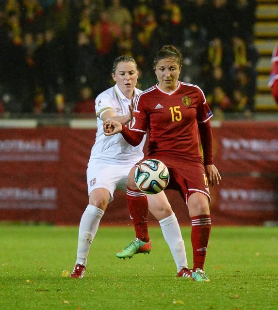 Sara Yuceil, hier aan de bal met Dina Blagojevic van Servië in de rug, kopte de Belgian Red Flames na een hoekschop van Tessa Wullaert op voorsprong! Foto - Dirk Vuylsteke
