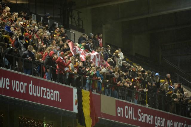 Er waren zowel fans van BelgIë als Servië aanwezig bij dit duel en ook op de hoofdtribune bovenaan! Foto - Dirk Vuylsteke
