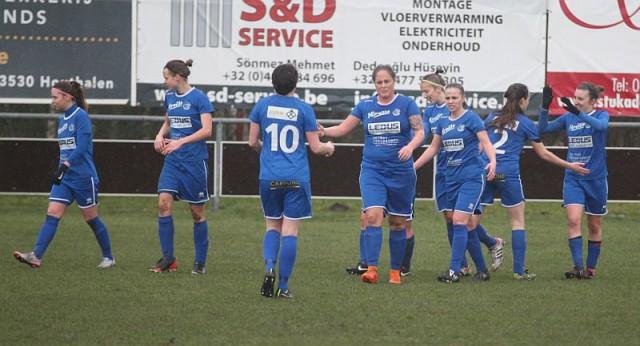Selina Gijsbrechts, helemaal rechts op de foto, heeft het enige doelpunt van de wedstrijd gescoord tegen KSK Heist. Ladies Genk doet nog mee in de strijd voor de play-offs! Foto - Paul Dijkmans