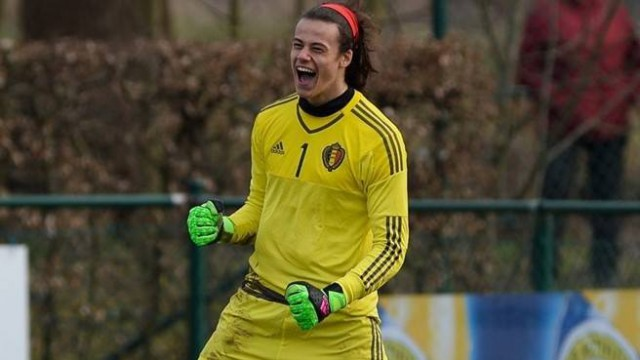Mile Svilar juicht na het stoppen van de strafschoppen tegen Spanje in Merchtem! Foto - David Catry