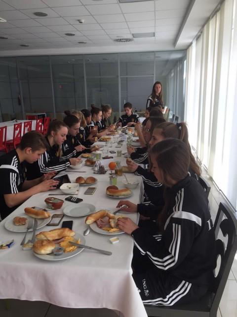 De Belgian Red Flames U17 aan het eten in Servië! Foto - (c) SF