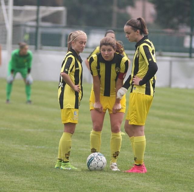 Jette van Vlerken, hier tussen Silke Demeyere (links) en Tine De Caigny (rechts) werd matchwinnaar bij het eerste vrouwenteam van Lierse nadat ze ook bij de beloften de gelijkmaker lukte! Foto - Paul Dijkmans