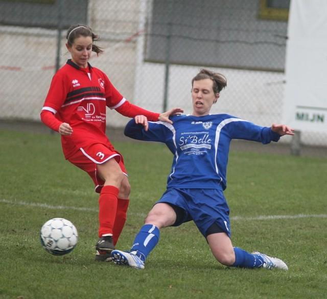 Liesbeth De Hing, die hier de tackle inzet, lukte het 100ste doelpunt van de competitie voor leider Sterrebeek! Foto - Paul Dijkmans