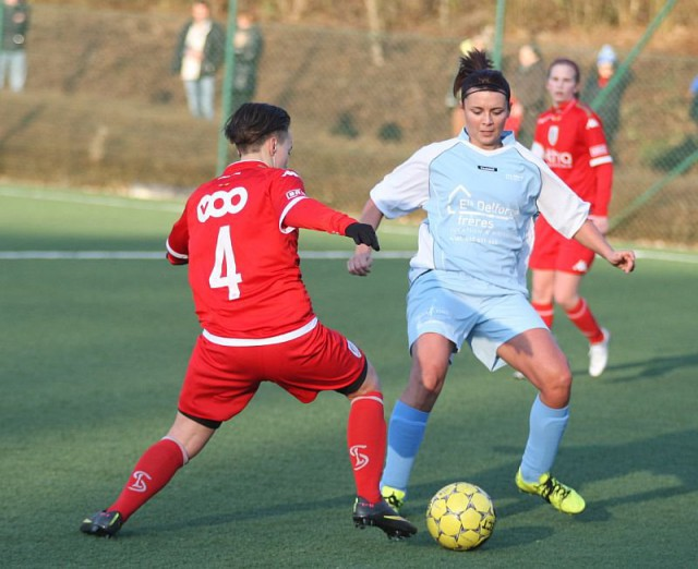 Stéphanie Jubary (hier in het blauw) lukte 3 goals voor ASE De Chastre dat promoveert naar tweede klasse! Foto - Paul Dijkmans