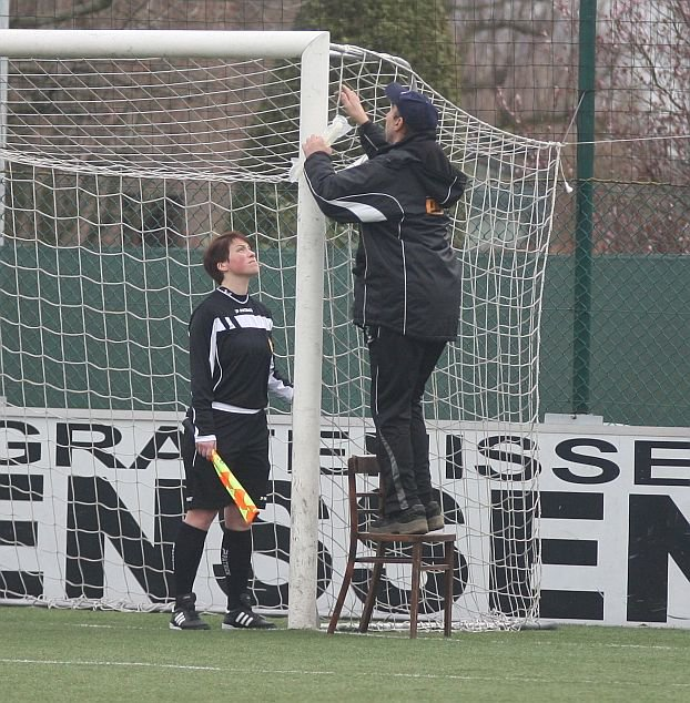 Voor aanvang van het duel KAA Gent Ladies-RSC Anderlecht moest een van de doelnetten even bijgewerkt worden. Foto - Paul Dijkmans