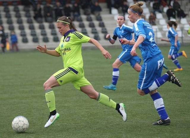 Anaëlle Wiard ontsnapt op bezoek bij KAA Gent Ladies dat ook straks in de play-offs in de achtervolging moet op Standard, Lierse en RSC Anderlecht. Foto - Paul Dijkmans