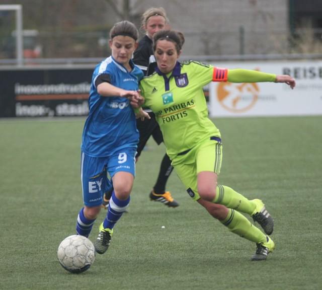 Felle strijd om de bal in KAA Gent Ladies (met Amber De Priester) - RSC Anderlecht (met Yasmina Benabid). Scheidsrechter Lois Otte volgt op de voet! Foto - Paul Dijkmans