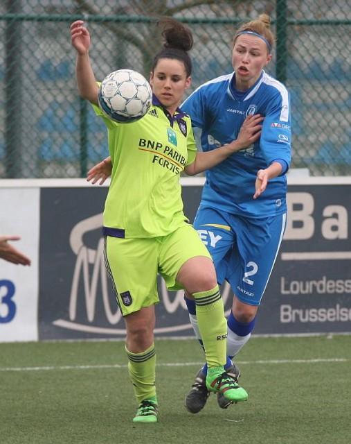 Pauline Crammer van RSC Anderlecht hier in duel met Anouk Bonnarens van KAA Gent Ladies zorgde voor het winnende doelpunt voor vrouwelijk paars-wit in Oostakker! Foto - Paul Dijkmans