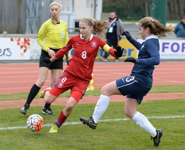 De Tsjechische Kamila Dubcova aan de bal voor Tsjechië tegen Frankrijk met  hier Charlotte Rebours in het Franse Flers. Foto - David Catry