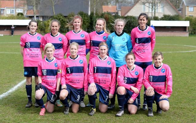 FC Turnhout, hier voor het duel op bezoek bij KSK Voorwaarts Zwevezele met vooraan de zusjes Larissa (9) en Stéphanie Van Gils (10). Foto - David Catry