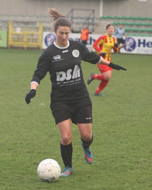 Evy De Smedt, hier in een eerder competitieduel tegen Massenhoven, scoorde 2 keer voor VC Dames E. Aalst thuis tegen Tongeren! Foto - Paul Dijkmans