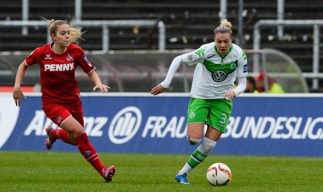 Zsanett Jakabfi, hier aan de bal voor VfL Wolfsburg tegen Nina Ehegotz (1.FC Köln), maakt met Hongarije nog altijd kans op een eerste EK-deelname! Foto - David Catry