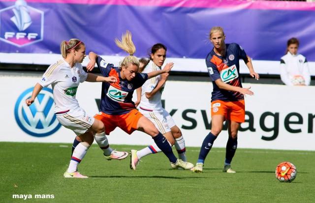 Eugnéie Le Sommer (links) probeert de opening te vinden in een wedstrijd vol strijd! Foto - (c) Maya Mans