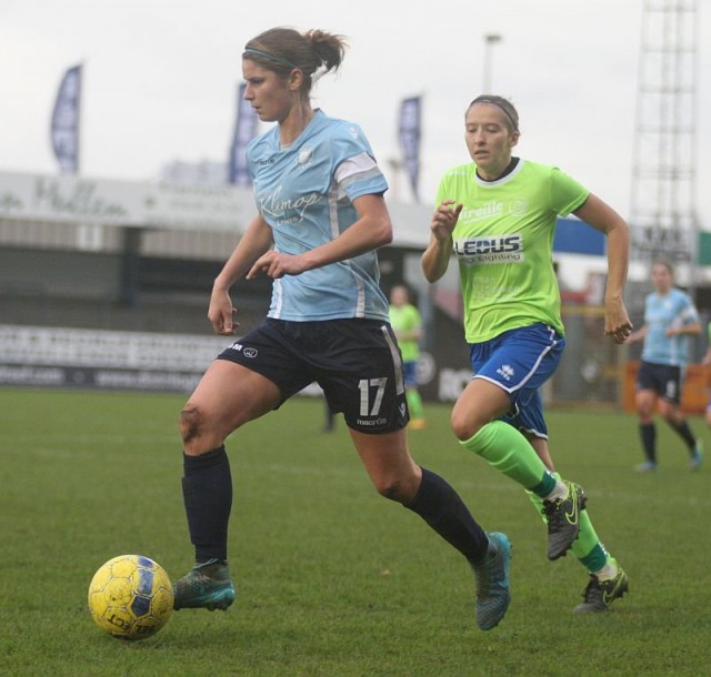 Ellen Charlier, hier aan de bal in de competitiewedstrijd thuis tegen Ladies Genk, scoorde op haar verjaardag op bezoek in Genk! Foto - Paul Dijkmans