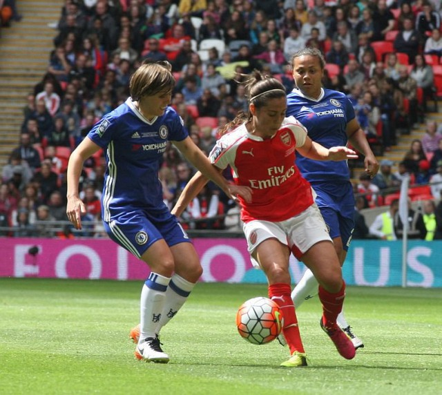 Fara Williams aan de bal voor Arsenal Ladies op de huid gezeten door Fran Kirby (links) en Drew Spence (rechts). Foto - Paul Dijkmans