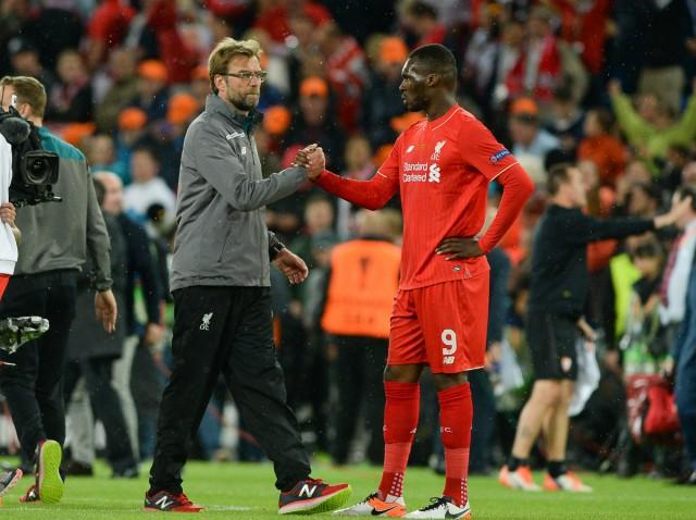 Jürgen Klopp bedankt de ingevallen Christian Benteke na de verloren finale in Bazel met Liverpool! Foto - David Catry
