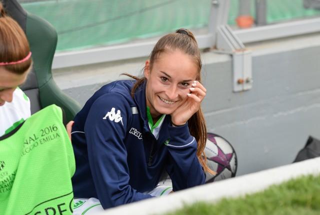 Tessa Wullaert probeert positief te blijven voor de aftrap op de bank bij haar club VfL Wolfsburg! Foto - Sportpix.be/David Catry