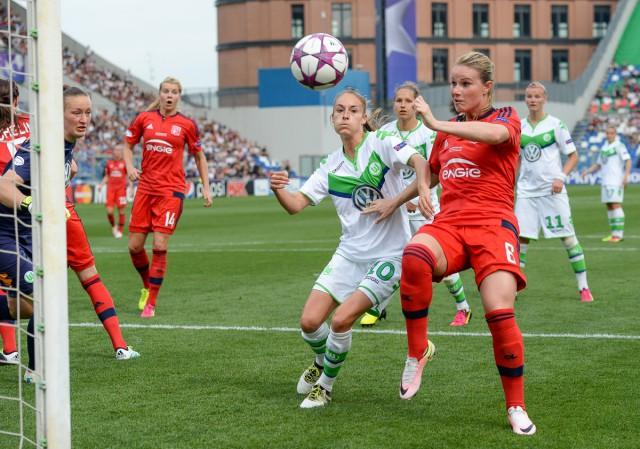 Tessa Wullaert kwam ook mee verdedigen en probeert hier Amandine Henry af te stoppen. Foto - Sportpix.be/David Catry