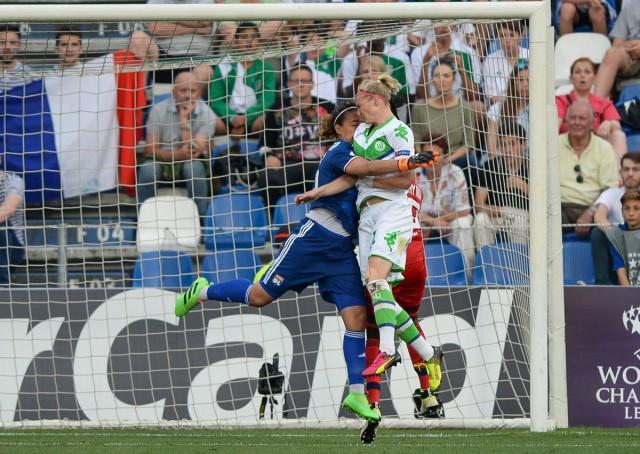 Alexandra Popp scoort de gelijkmaker voor VfL Wolfsburg op aangeven van Tessa Wullaert. Sarah Bouhaddi slaat naast de bal! Foto - Sportpix.be/David Catry