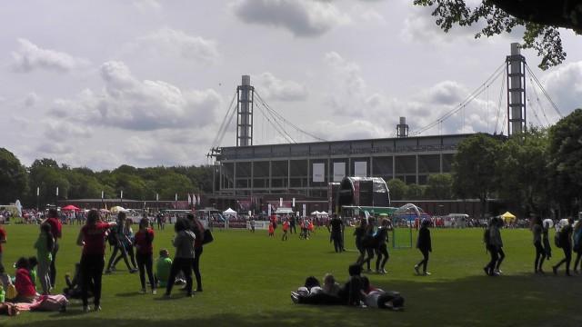 Het Rhein Energie Stadion van Keulen voor de grote finale met animatie en mini-wedstrijdjes in de vroege namiddag. Foto - MaMPict