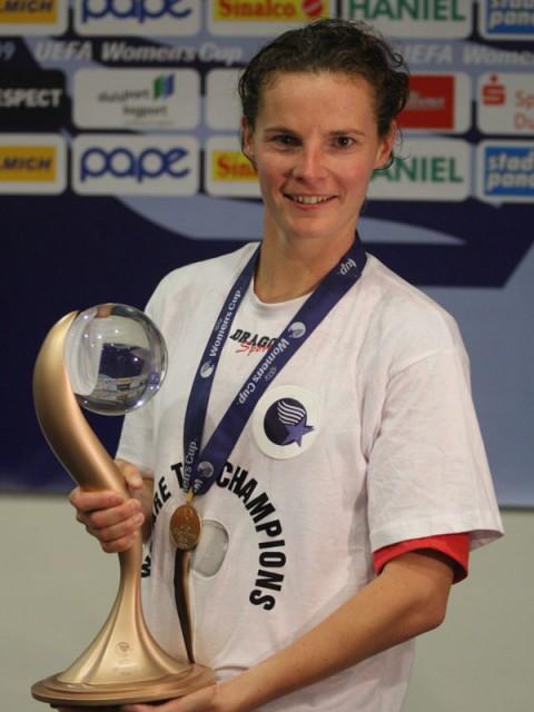 Femke Maes met de UEFA Women's Cup in mei 2009 in Duisburg! Foto - Vrouwenteam.be/Paul Dijkmans