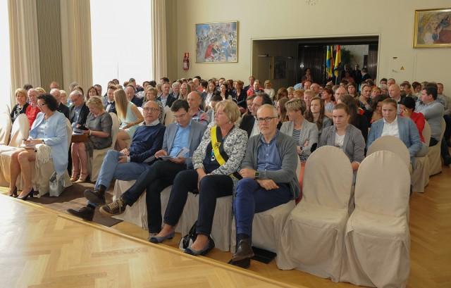 Alle genodigden wachten met spanning het verdict af in het stadhuis van Oostende! Foto - Sportpix.be/Dirk Vuylsteke