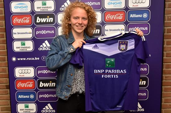Charlotte Tison met haar shirt voor volgend seizoen! Foto - (c) RSC Anderlecht