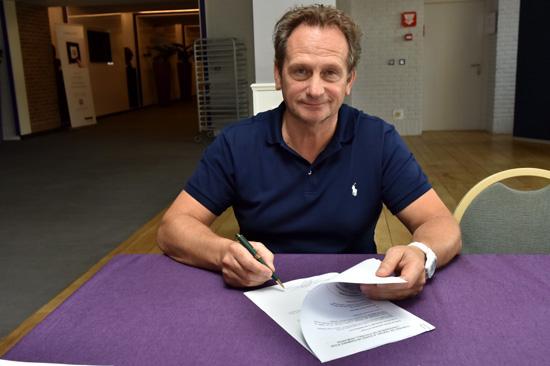 Patrick Wachel zette zijn handtekening onder de overeenkomst met RSC Anderlecht! Foto - (c) RSC Anderlecht