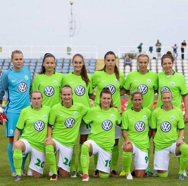 Tessa Wullaert, staand 3de van links, met VfL Wolfsburg in Konin. Naast haar nieuwkomer Sara Björk Gunnarsdottir. Foto - (c) VfL Wolfsburg