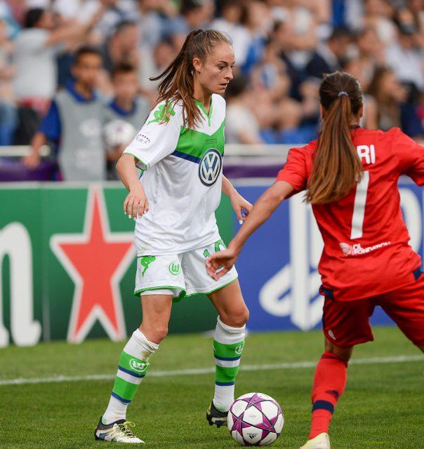 Tessa Wullaert aan de bal tijdens de finale van de UWCL met tegenover zich Amel Majri van Olympique Lyonnais! Foto - Sportpix.be/David Catry