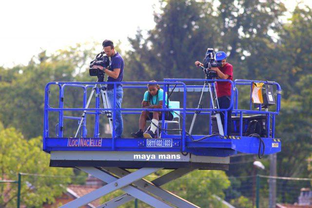 De geblesseerde Elodie Thomis volgde de wedstrijd vanop de kraan met tv-camera's! Foto - (c) Vrouwenteam.be / Maya Mans