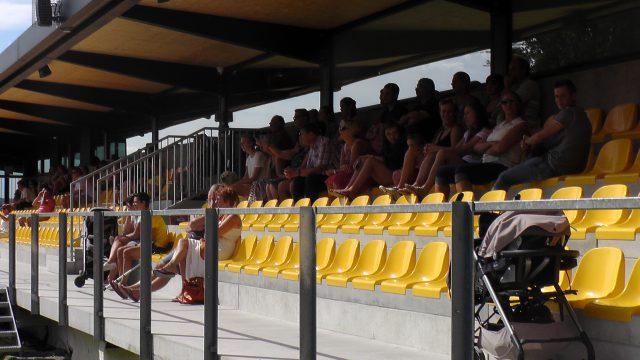 In Brakel kan U de wedstrijd volgen vanop een mooie zittribune! Foto - Vrouwenteam.be / MaMPict