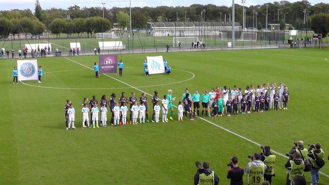 Beide teams voor de aftrap op het veld van het oefencomplex van PSG in Saint-Germain-en-Laye! Foto - (c) Vrouwenteam.be / MaMPict