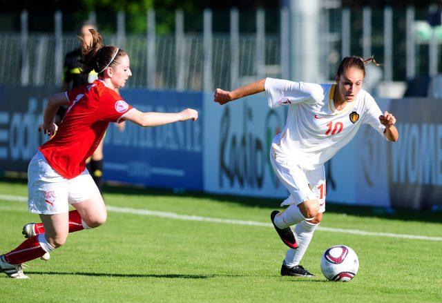Tessa Wullaert aan de bal op het European Women's Under - 19 Championship 2011 in Italië waar ze de Zwitserse Michelle Probst van zich af probeert te lopen. Foto - Sportpix.be/David Catry
