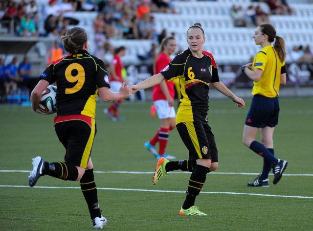 Elke Van Gorp (6) feliciteert Lucinda Michez (9) na een Belgisch doelpunt op 18 juli 2014 in Tonsberg tegen Noorwegen op het EK U19! Foto - Sportpix.be/David Catry