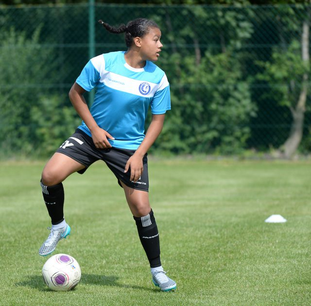 Mariam Abdulai Toloba (KAA Gent Ladies) technisch enorm sterk aan de bal! Foto - Sportpix.be / David Catry
