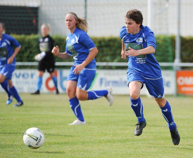 Sigrid Bertels, die hier oprukt met de bal, lukte het openingsdoelpunt voor Tongeren op bezoek bij Dames VK Egem! Foto - (c) Sportpix.be/Dirk Vuylsteke