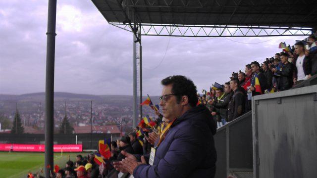 Een volle tribune bij de volkliederen in het stadion Dr. Constantin Radulescu in Cluj voor de finale van de play-off tussen Roemenië en Portugal! Foto - (c) Vrouwenteam.be / MaMPict