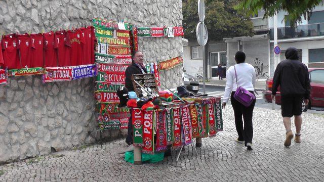 Kraampjes met shirts en meer rond het Estadio do Restelo! Foto - (c) Vrouwenteam.be / MaMPict
