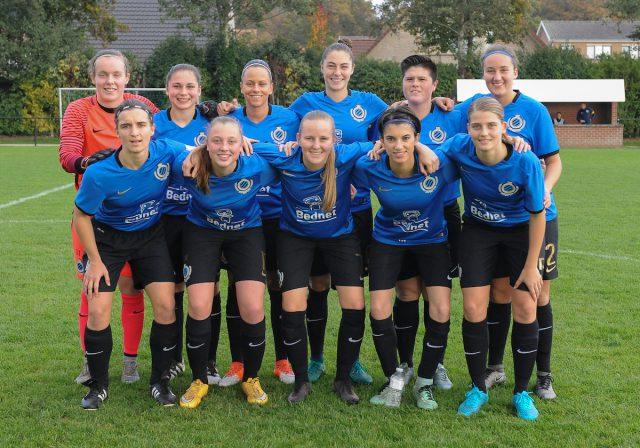 Het vrouwenvoetbalteam van Club Brugge hier voorafgaand aan de wedstrijd op bezoek bij KSKV Zwevezele! Foto - (c) Sportpix.be / Dirk Vuylsteke
