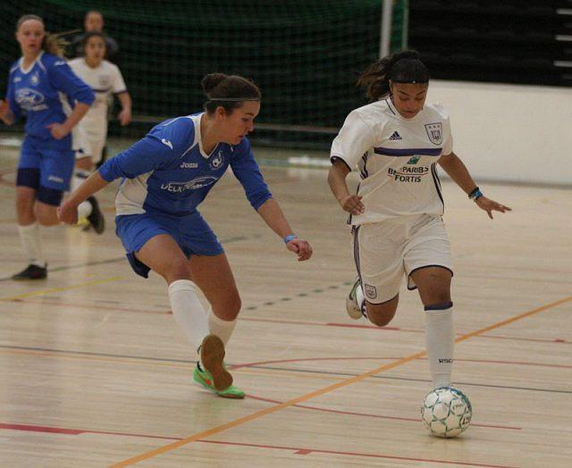 Jessica da Silva Valdebenito (RSC Anderlecht) probeert Louise Dauwen (VC Moldavo) uit te spelen! Foto - (c) Vrouwenteam.be / Paul Dijkmans