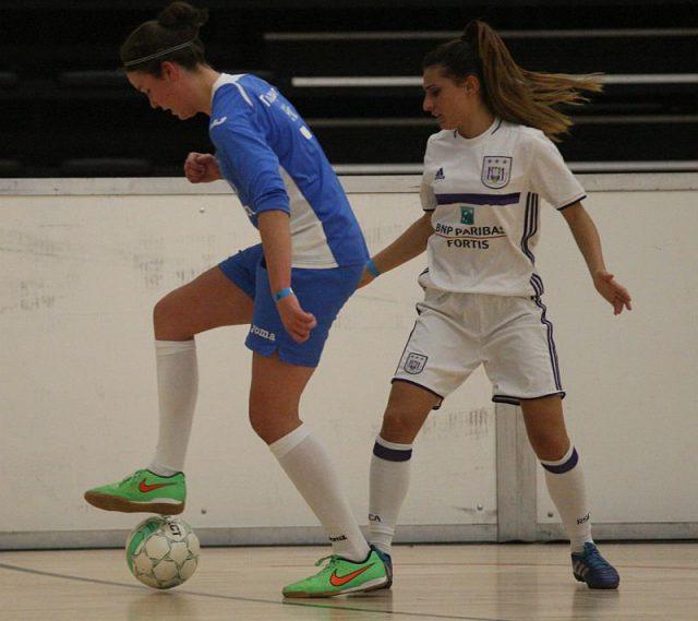 Ook Louise Dauwen (Moldavo), hier met Pure Eke (RSC Anderlecht) in de rug, scoorde in elk indoorduel voor haar club in Genk! Foto - (c) Vrouwenteam.be / Paul Dijkmans