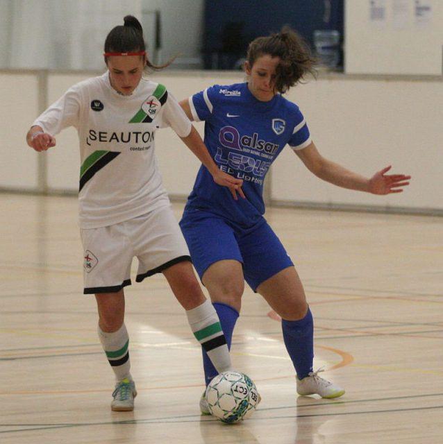 Matilde Drumont (OH Leuven), hier in duel met Nathalie Weytjens (KRC Genk Ladies), scoorde in elk indoorduel in Genk! Foto - (c) Vrouwenteam.be / Paul Dijkmans